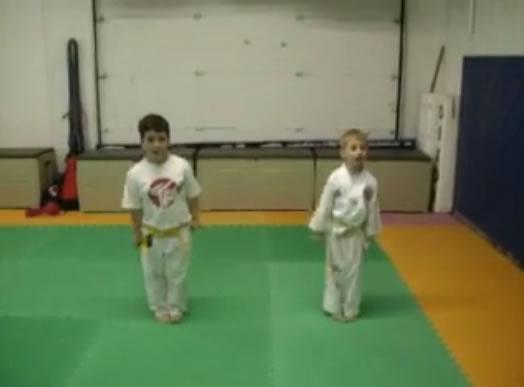 Niños muestran los fundamentos de Taekwondo