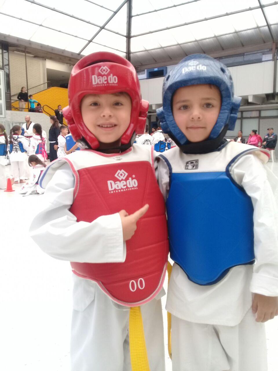 Dos pequeños amigos Taekwondocas