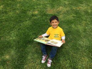 Niño leyendo en Vacaciones Recreativas