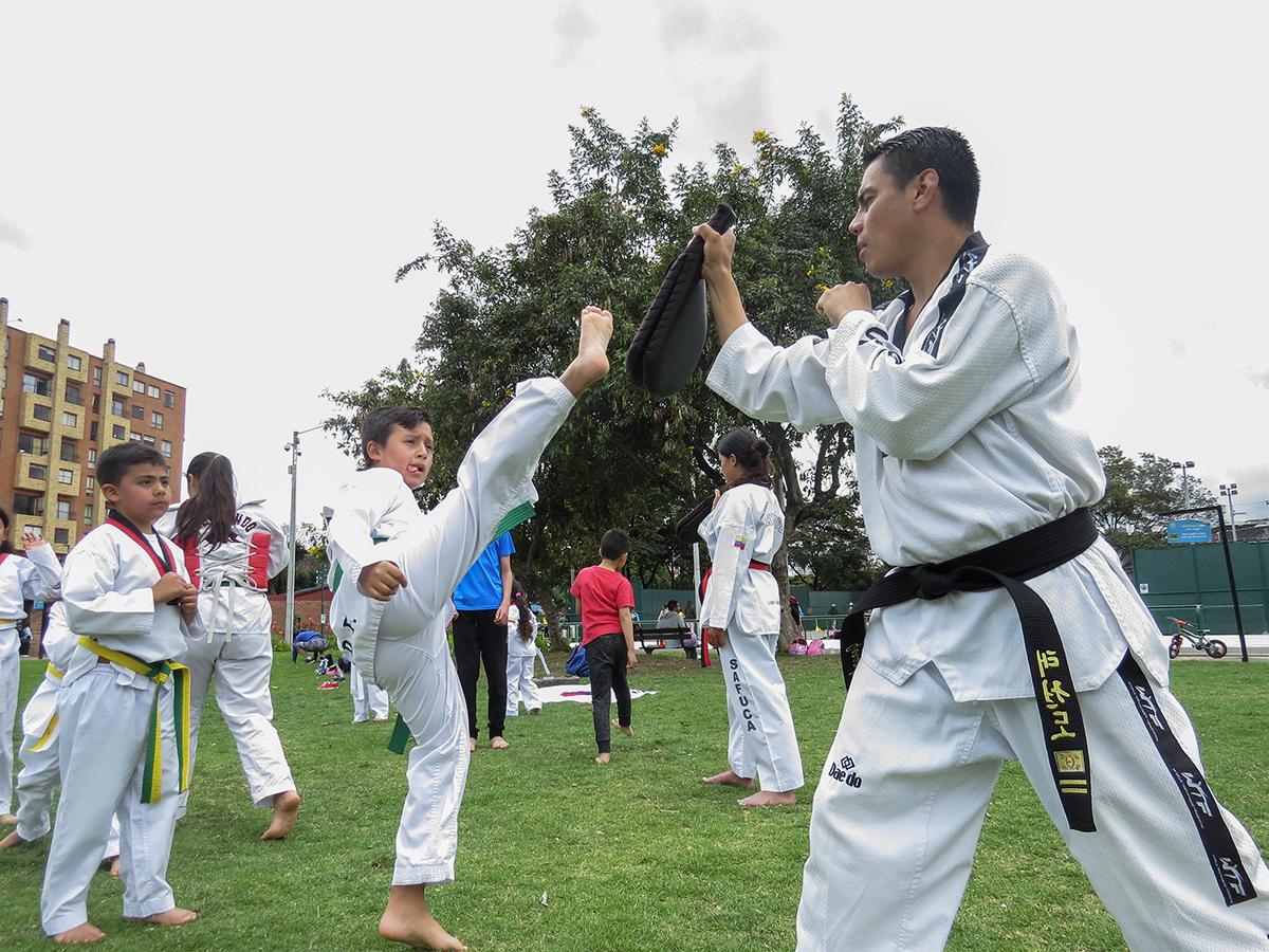 Niño patada de taekwondo