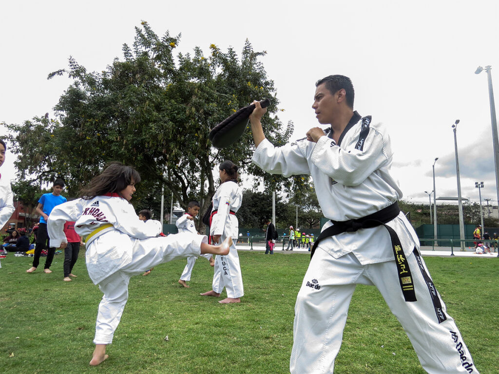 Niño teakwondoka cinturón amarillo