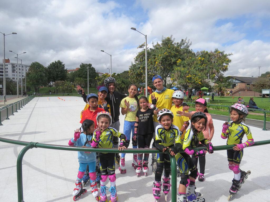 Grupo de alumnos patinaje Dolphins Gym
